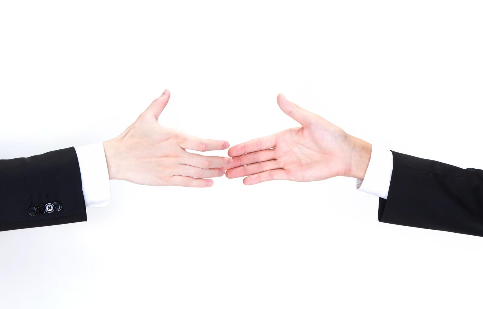 握手をするサラリーマン